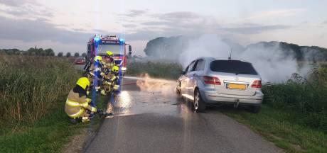 Auto vliegt in brand tijdens het rijden in Ooij