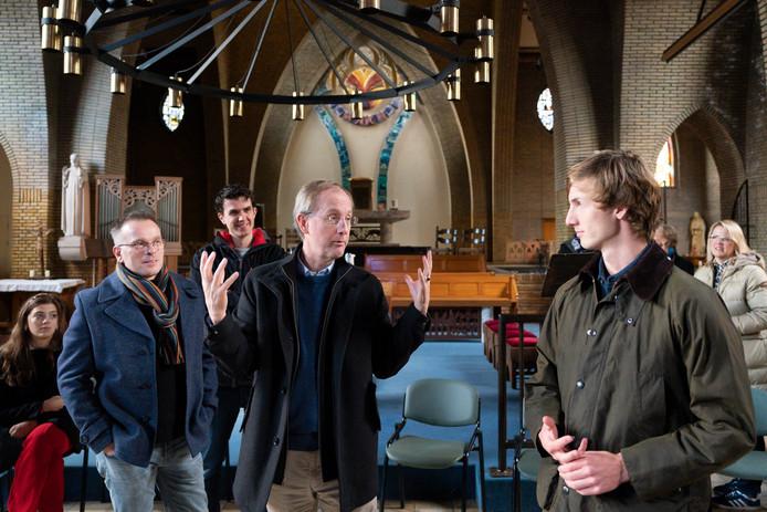 Jules Kortenhorst geeft uitleg aan familie over zijn herinneringen aan de kapel van Coudewater. Links Hans Hartman.
