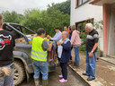 Hulpverleners in het door de watersnood getroffen Ahrbruck in Duitsland helpen oudere dorpsbewoners.
