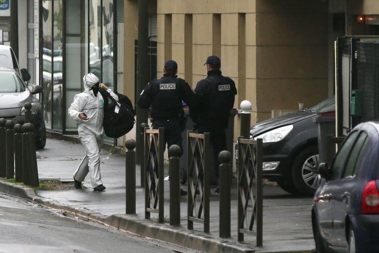 De Franse politie doet in maart 2016 onderzoek in een schuilplaats van IS in Argenteuil, een voorstad van Parijs. Beeld ANP