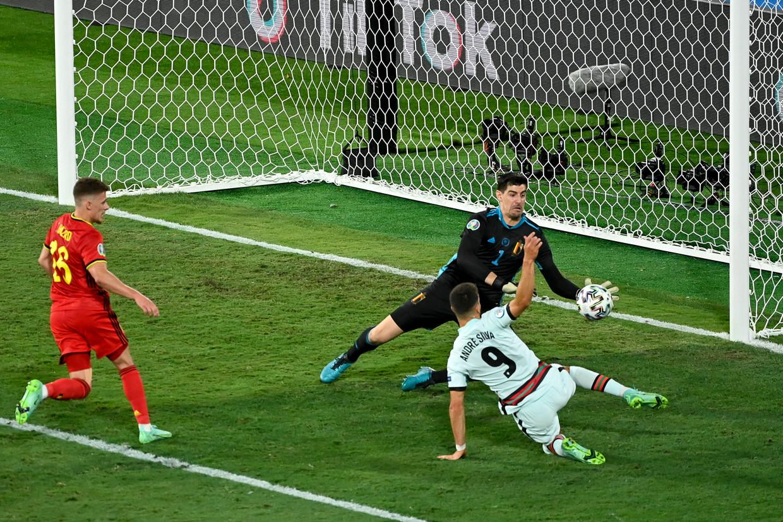 Thibaut Courtois blokt een doelpoging van de Portugese aanvaller Andre Silva af tijdens de 8ste finale.  Beeld BELGA