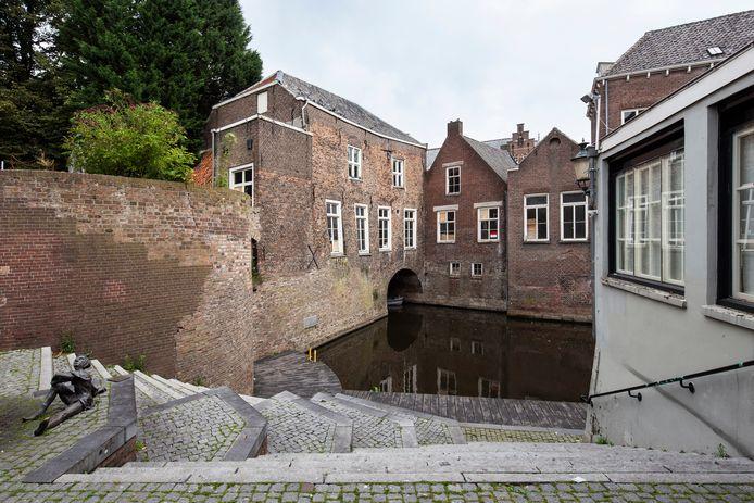 Het Herman Moerkerkplein, met aan de Dieze het Regentenhuis.