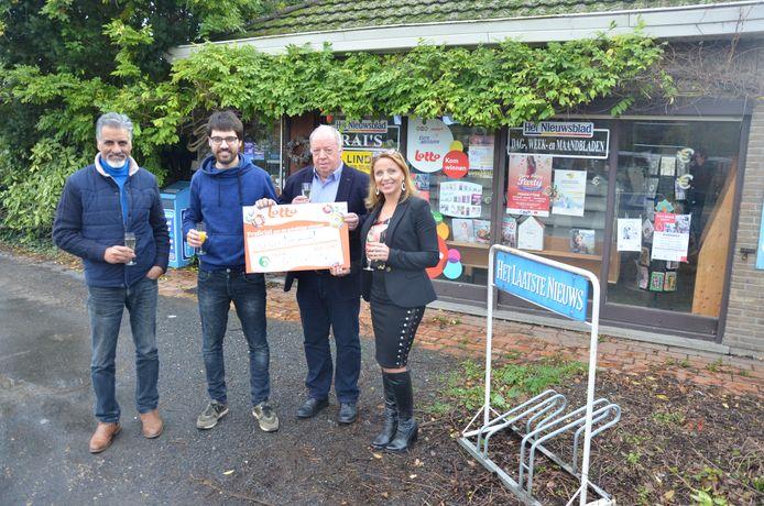 Rai en Aron van dagbladhandel Rai's nemen de symbolische cheque van 2 miljoen euro in ontvangst uit handen van Guy Haleydt en Caroline Vangoidsenhoven van de Nationale Loterij.