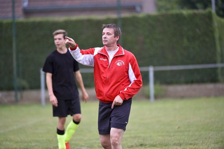 Coach Nico de Weghe traint de U17 Dentergem.