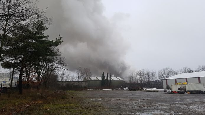 De brand gaat gepaard met een gigantische rookpluim.