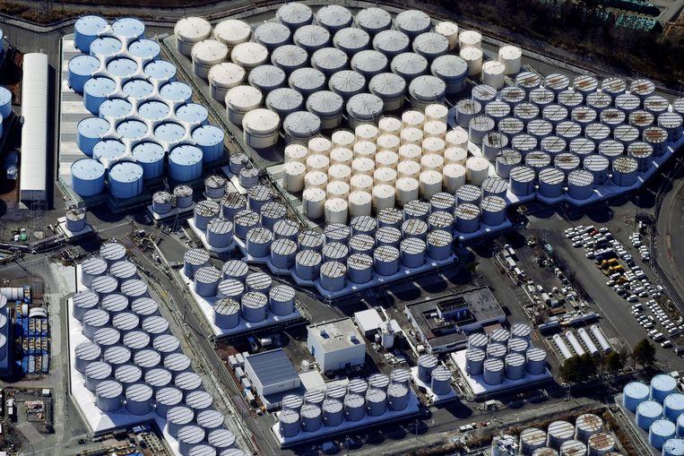 Op het terrein van de kerncentrale in Fukushima staan inmiddels meer dan duizend vaten met in totaal 1,25 miljard liter koelwater.  Beeld Reuters