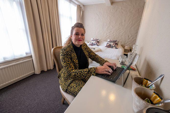 Eigenaresse Leoni van Wezep in een hotelkamer die voor 40 euro geboekt kan worden om te werken.