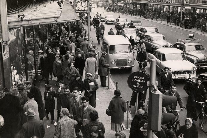 Sinterklaasdrukte op de Lange Viestraat in 1958.