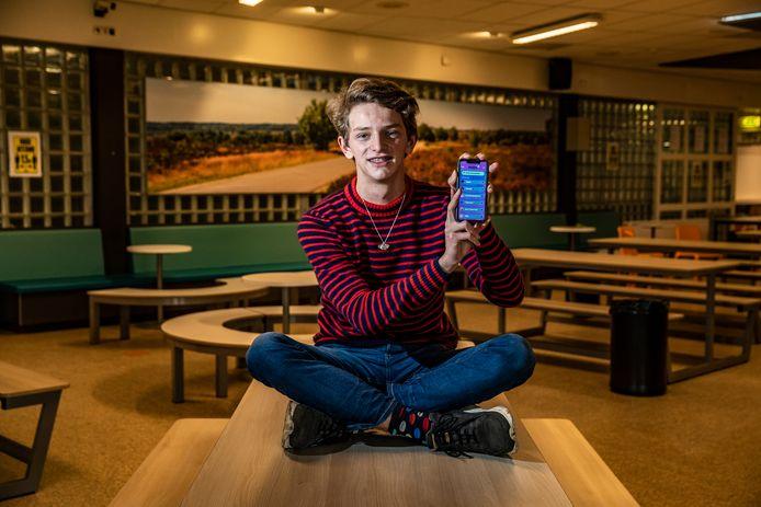Bram Heetkamp heeft De Waerdenborch TOP-prijs ontvangen van 1500 euro waarmee hij zijn passie, apps bedenken, verder kan uitwerken.