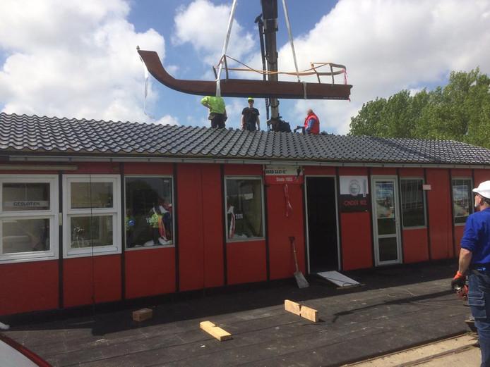 De Friese doorloper werd vanmiddag gemonteerd op het nieuwe dak van clubhuis Onder Nul van Hard Gaat-ie.