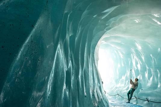 In de ijsgrot. Nu zijn er nog gletsjers, maar hoelang nog?