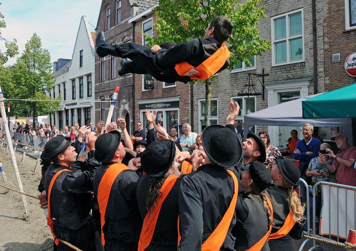 De Folkloristische Dag in 2019. Joeri van Stee heeft het ringsteken gewonnen en wordt gejonast.