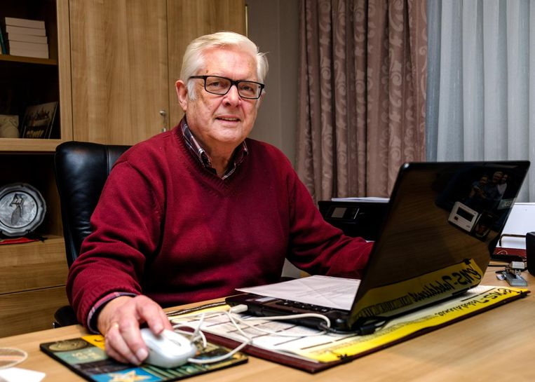 Albert Mariën, aan zijn bureau, is bezig aan zijn laatste jaar in de politiek.
