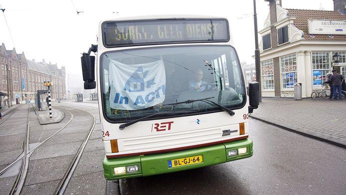 Een bus van de Rotterdamse RET in Amsterdam tijdens de meest recente staking in het openbaar vervoer.