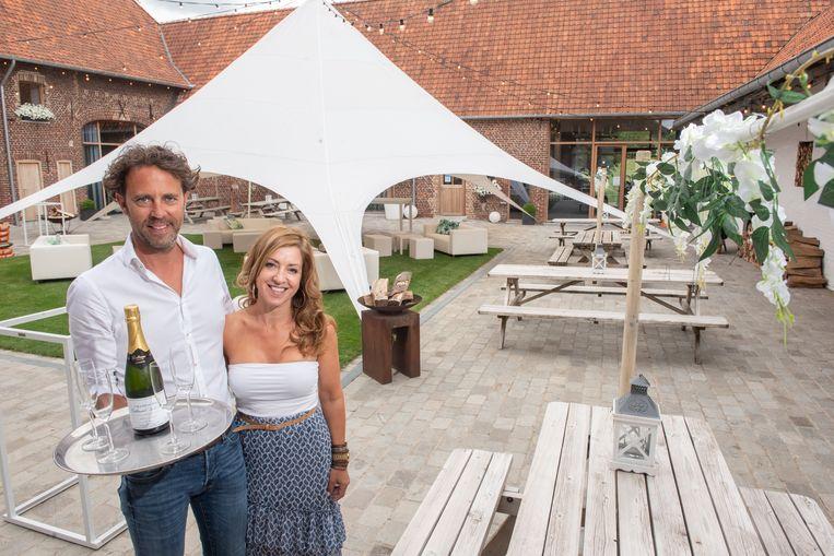 Wim Beke en Jessy Verhauwert toverden de binnentuin van hun evenementencentrum om tot een zomers terras.