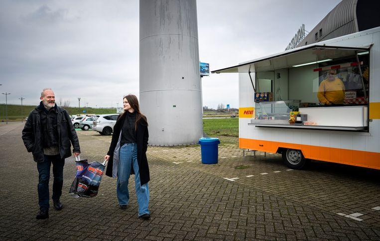 Na inleveren kunnen mensen bij de snackwagen een gratis broodje krijgen. Beeld Freek van den Bergh / de Volkskrant