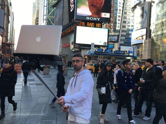 Tom Galle met zijn MacBookselfiestick.
