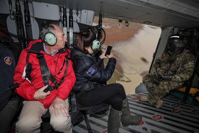 De Nieuw-Zeelandse premier Jacinda Ardern (C) nam vanuit een militaire helikopter de schade op.