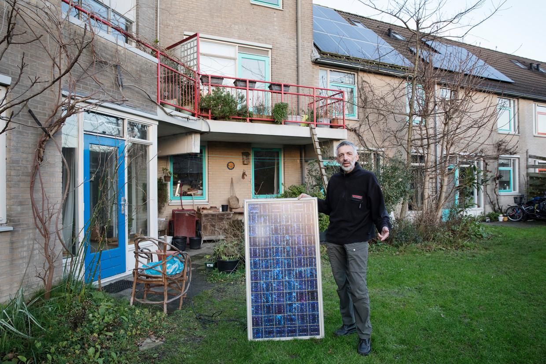 Peter Segaar laat in de gemeenschappelijke binnentuin zijn allereerste zonnepaneel zien.