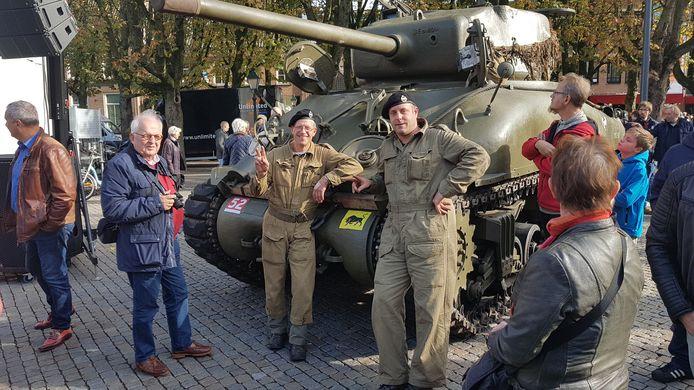 Ruud Moors (rechts) en Harrie van Kemenade poseren voor de Shermantank die niet mee mocht rijden in de optocht vanwege mogelijke schade aan de panden in de binnenstad.