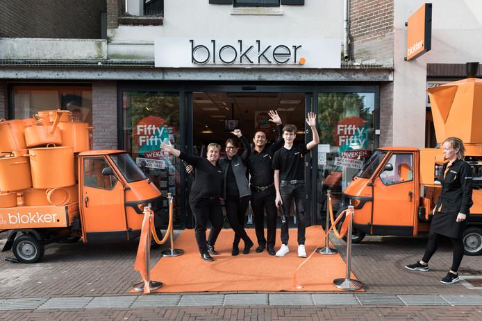 Het personeel van Blokker Ermelo viert de opening van de verbouwde winkel