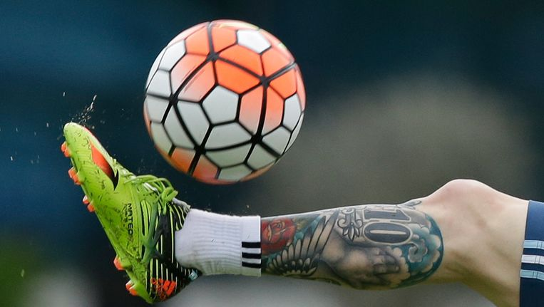 Een beeld van de enkel van Lionel Messi, momenteel op oefenkamp met Argentinië. Beeld AP