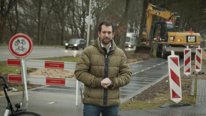 Gedeputeerde Arne Schaddelee poseert in Remmerden bij de aanleg van zonnepanelen in het Fietspad van de Toekomst.