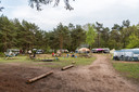 Camping De ReCreatie moet volgens bezwaarmakers 'teruggegeven' worden aan de natuur. Jarenlang was het terrein een kampeerterrein van Defensie. Nu is het een camping met een alternatieve uitstraling.