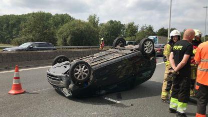 Wagen belandt op dak op E313 in Massenhoven