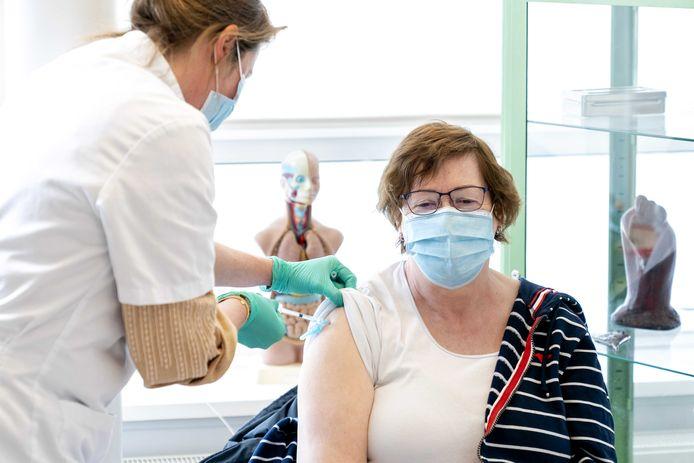 Ouderen vanaf 60 jaar worden gevaccineerd tegen het coronavirus door verpleegkundigen in huisartsenpraktijk Wijngaardenlaan.