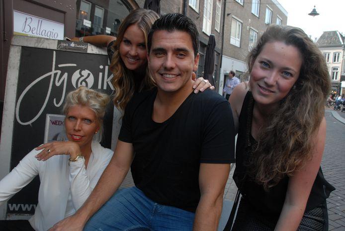 Volkszanger Jan Smit met prijswinnares Claire Clement (tweede van links) uit Oud-Beijerland en haar vriendinnen Linda Hoogendijk (links) en Kristel van Hooff.
