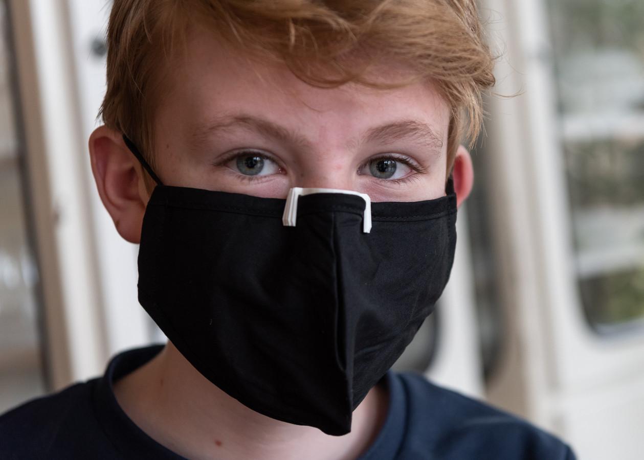 Joep met het neusclipje op zijn mondkapje.