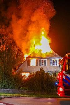 Bewoner gewond bij uitslaande brand die boerderij in de as legt in Hummelo