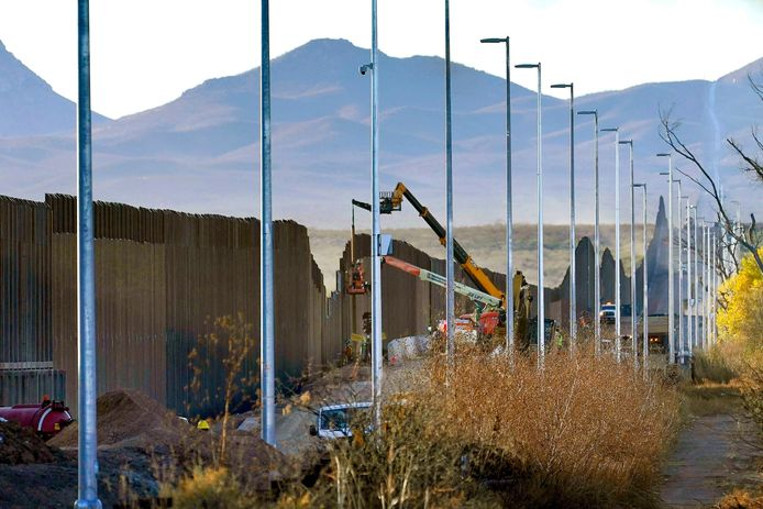 Archiefbeeld van de bouw van een stuk grensmuur in Arizona.