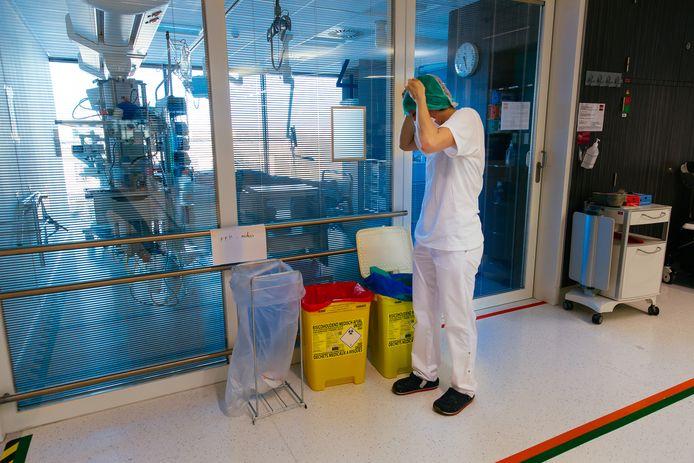 Een ziekenhuismedewerker in het UZ Leuven.