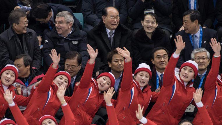 Cheerleaders Noord-Koreaanse cheerleaders treden op voor Zuid-Korea's president Moon Jae-in, voorzitter van het IOC Thomas Bach, voorzitter van het Presidium van de Opperste Volksvergadering van Noord-Korea Kim Yong-nam, Kim Yo-jong, en de ceo van Pyeongchang 2018. Beeld AFP