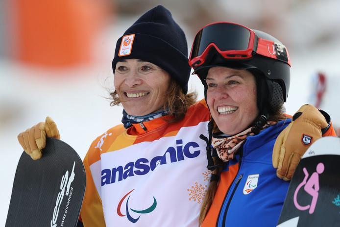 Bibian Mentel (links) en de bronzen Astrid Fina Paredes uit Spanje.