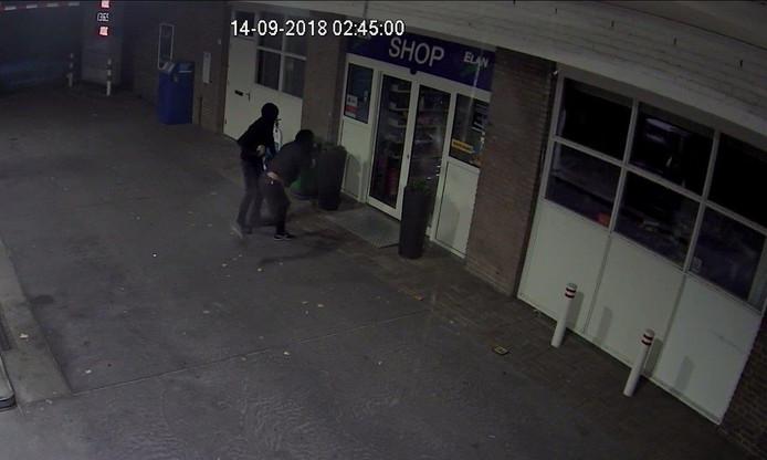 Bewakingsbeelden van de inbrekers die de deur in proberen te gooien.
