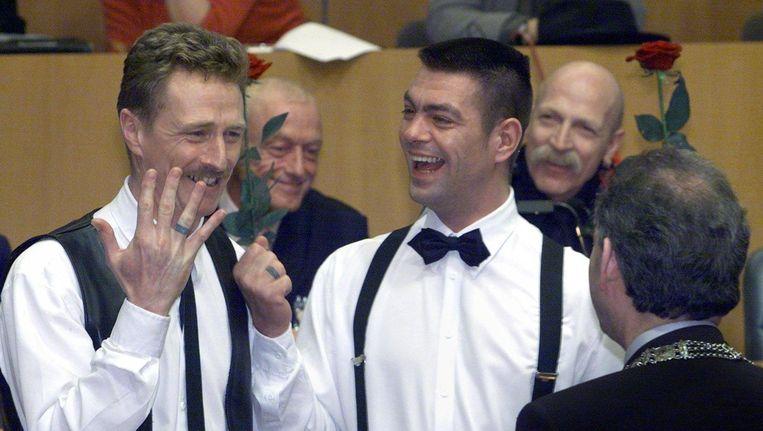 Frank Wittebrood (l) en Peter Lemke, één van de paren die trouwde op 1 april 2001. Beeld anp