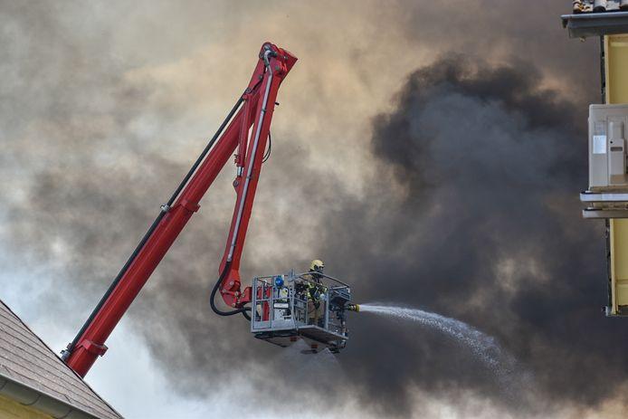 Brandweermannen proberen de grote brand te blussen in Gaanderen.