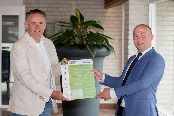Ondertekening afspraken tussen BTR-directeur Richard de Bruin (links) en Vincent van Neerbos, portefeuillehouder toerisme in Regio FruitDelta Rivierenland