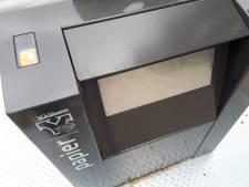 'Papiercontainers blijken te zwaar voor senioren met stok'