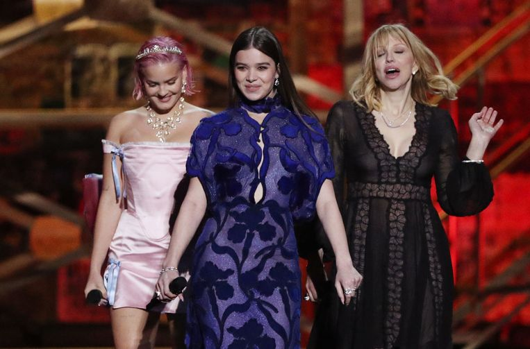 Anne-Marie, Hailee Steinfeld en Courtney Love reiken een prijs uit.