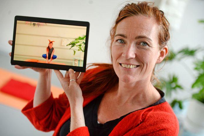 Jorien Schulten geeft kinderyoga via haar Youtubekanaal, zodat kinderen/ouders bezig kunnen blijven middels haar filmpjes.
