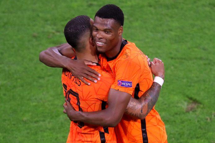 Memphis Depay en Denzel Dumfries vieren de 2-0 tijdens de wedstrijd tussen Nederland en Oostenrijk in de Johan Cruijff ArenA.