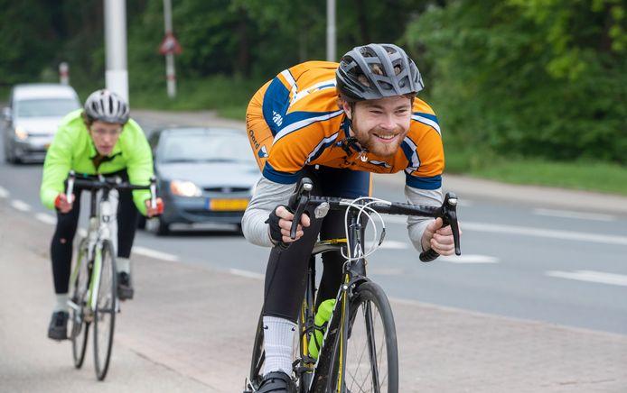 Marijn Deur en Dirk Wijnen fietsen 103 keer de Grebbeberg op en af t.b.v. sponsoractie voor AED Wageningen om meer defbrillators in Wageningen te plaatsen