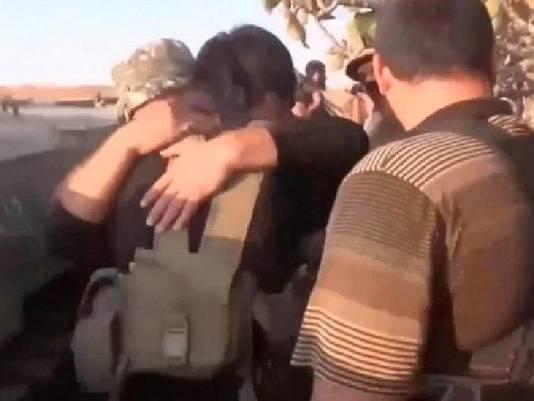 De zelfmoordterrorist omhelst medestrijders.