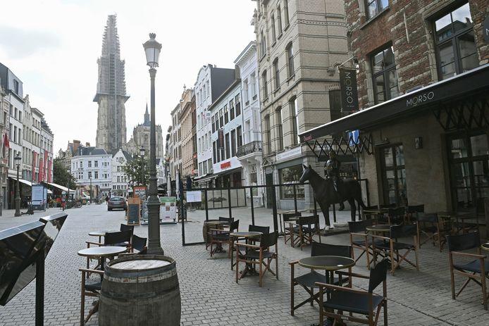 Des terrasses vides dans le centre d'Anvers.