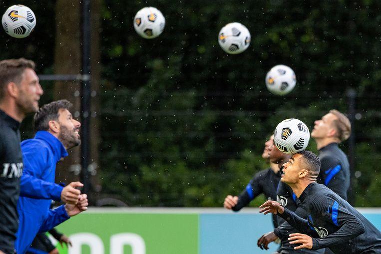 Oranje traint in de regen voor het komende EK. Cody Gagpo is het aanvallende talent van PSV, hij doet een oefening met oud-international, en nu assistent van de bondscoach, Ruud van Nistelrooij.  Beeld
