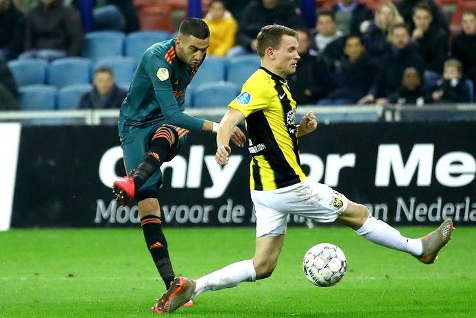 Julian Lelieveld probeert een inzet van Ajacied Hakim Ziyech te blokkeren. De back verlaat Vitesse.